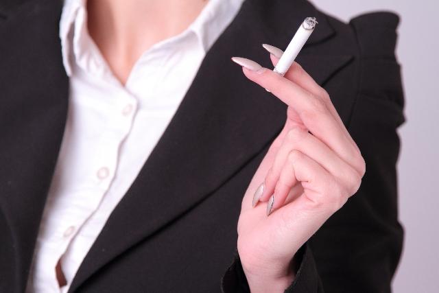 たばこを吸うとバストアップできない!?たばこと女性の体の関係とは?