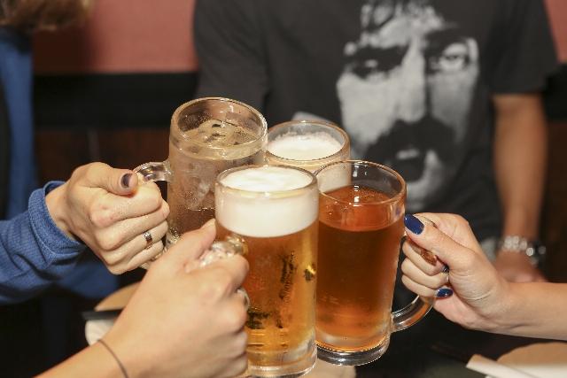 HMBサプリを飲んでいるけどアルコール摂取しても大丈夫?肝臓や胃への負担は?